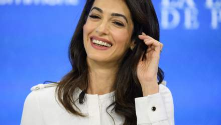 Розкіш і простота: Амаль Клуні в білосніжному костюмі на конференції у Лондоні