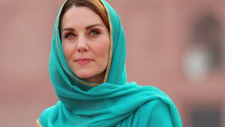 В стиле Дианы: Кейт Миддлтон надела национальную пакистанскую одежду для визита в мечеть – фото