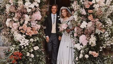 В винтажном платье: королевский дворец поделился первыми снимками со свадьбы принцессы Беатрис
