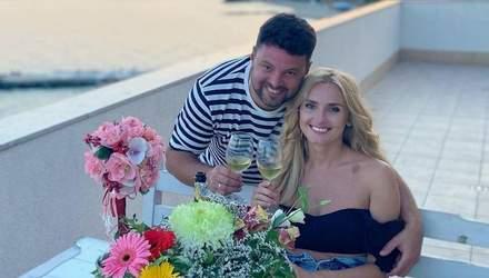 У джинсових шортах та рожевій блузці: Ірина Федишин замилувала романтичними фото з чоловіком