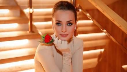 """У сукні з пікантним декольте: """"Холостячка"""" Ксенія Мішина вразила спокусливим образом – фото"""