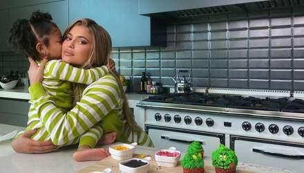 Як приготувати капкейки у стилі Грінча: смачний рецепт від Кайлі Дженнер і її донечки