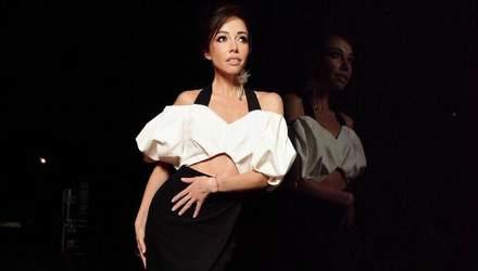 Екатерина Кухар показала безупречный образ в розовом платье: фото