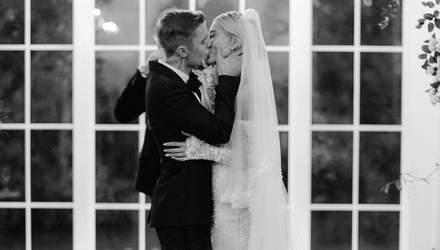 Хейли Бибер показала фото со свадьбы, которой раньше не было в сети