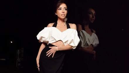 В пушистом мини-платье: Екатерина Кухар показала нежный образ – фото