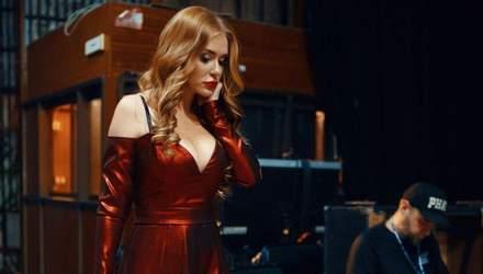У В блестящем платье: Слава Каминская сексуально станцевала перед зеркалом – видео
