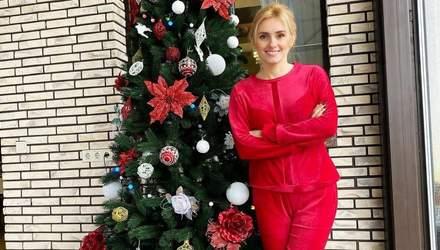 У малиновому костюмі: Ірина Федишин показала домашній образ біля ялинки – фото