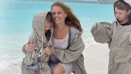Ольга Фреймут показала молодших дітей: фото на березі океану