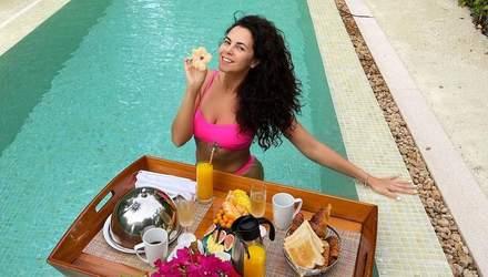 Сніданок у басейні на Мальдівах: Настя Каменських вразила новими фото в бікіні