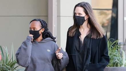 Чорний total look: Анджеліна Джолі продемонструвала стильний образ у Лос-Анджелесі