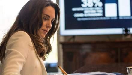В белой блузке и пиджаке: Кейт Миддлтон покорила элегантным образом – видео