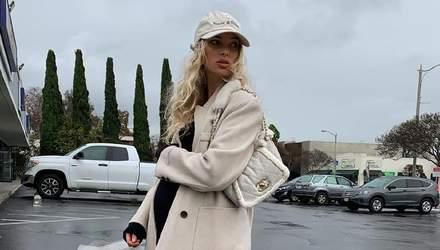 Наймодніша вагітна модель: Ельза Госк гуляє у стильному молочному пальті та бейсболці