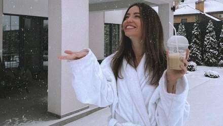 У банному халаті: Надя Дорофєєва позувала на снігу у домашньому вбранні – атмосферні фото