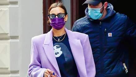 Лавандове пальто та сумка багет: Ірина Шейк прогулялася Нью-Йорком у весняних кольорах