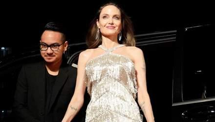 Старший син Анджеліни Джолі показав велике татуювання кобри на торсі: фото
