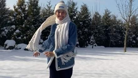 В белой куртке: Катя Осадчая показала, как радуется снегопаду в зимнем образе – видео