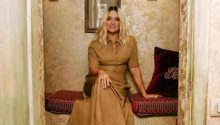 Наталія Могилевська підкорила образом у сукні карамельного кольору та кросівках: фото