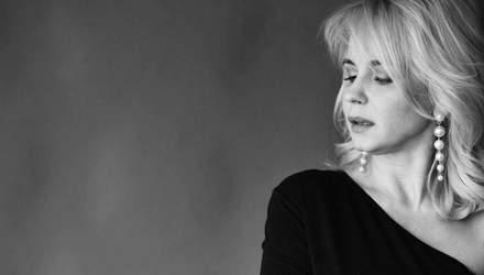 Лилия Ребрик показала безупречный образ в черном платье с декольте: фото