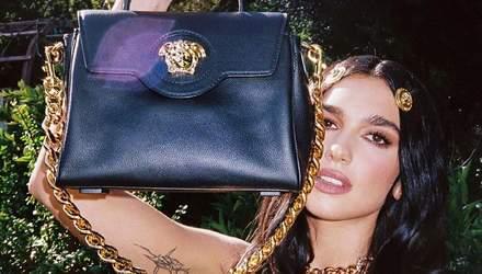 Дуа Липа похвасталась новой сумкой Versace за 45 тысяч гривен: фото