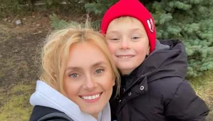 Ирина Федишин после гастролей устроила весеннюю прогулку с сыном: фото