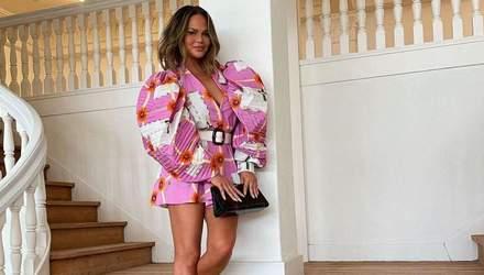 Кріссі Тейген похизувалась спокусливим образом у яскравій блузці: сміливе фото