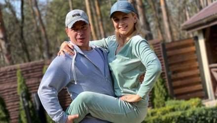 Лілія Ребрик позувала на подвір'ї заміського будинку разом із чоловіком: яскраві фото