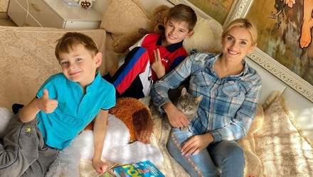 Ирина Федишин показала, как проходят ее карантинные будни и дистанционное обучение у сыновей