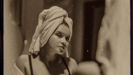 Дружина Монатіка еротично позувала у ванній і ліжку: спокусливі кадри