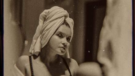 Жена Монатика эротично позировала в ванной и постели: соблазнительные кадры