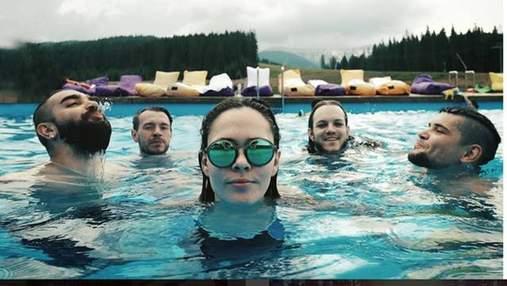 Вокалистка The Hardkiss показала себя в купальнике во время экзотического отдыха