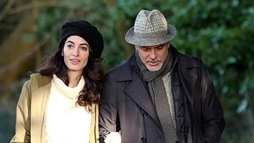 Джордж Клуни впервые вышел в свет с двойней: фото