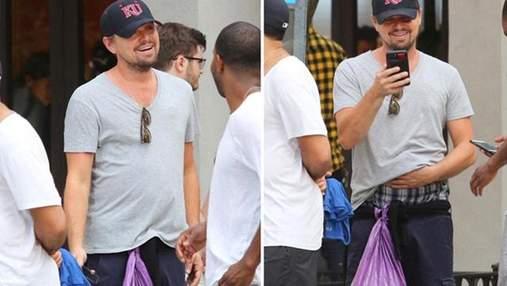 Ди Каприо беззаботно прогулялся с мусорным пакетом вместо сумки: фото