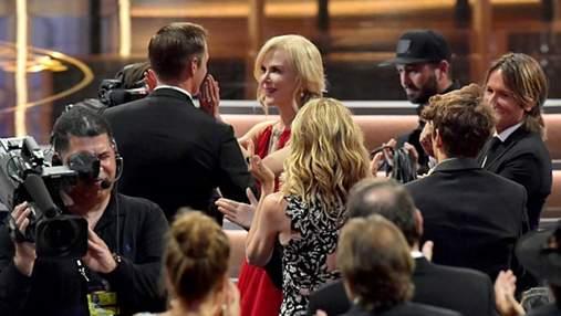 """Ніколь Кідман поцілувала колегу-актора на очах у чоловіка на церемонії """"Еммі"""": фото та відео"""