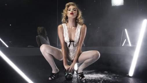 Струнка модель тренувалася з гирею для Love Magazine: дуже апетитне відео