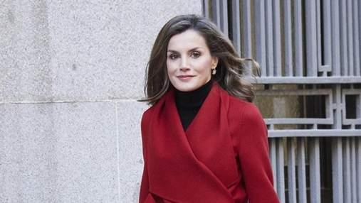 Королева Іспанії відвідала урочисту подію в яскравому вбранні: чарівні фото