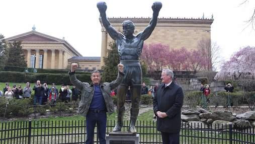 Сталонне  встановив мемеоріальну дошку біля пам'ятника Роккі