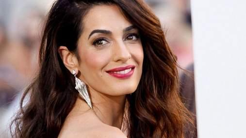 Откровенно и сексуально: Амаль Клуни появилась на вечеринке в кружевном красном топе