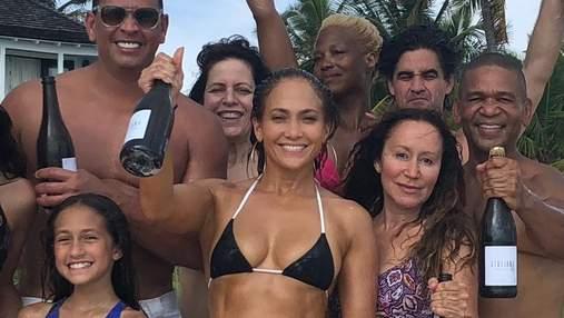 Дженнифер Лопес отпраздновала день рождения в соблазнительном бикини: фото