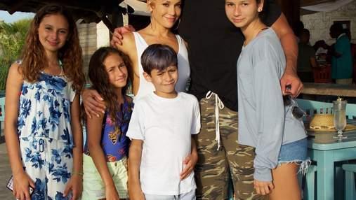 49-летняя Дженнифер Лопес в роскошном наряде отпраздновала день рождения с семьей: фото