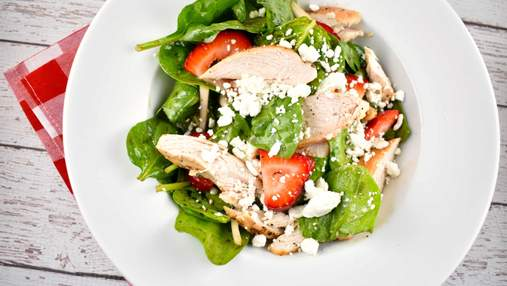 Клубничный салат с мясом курицы: легкий рецепт от диетолога