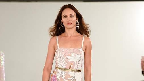 Ольга Куриленко вышла на подиум в полупрозрачном платье: фото