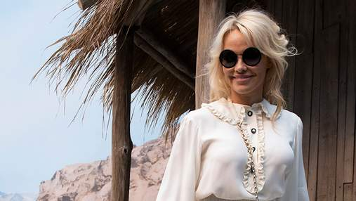 51-летняя Памела Андерсон одела мини-юбку на светское мероприятие: игривые фото