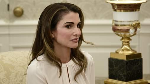 У смугастій довгій сукні і на підборах: королева Йорданії вразила стильним вбранням
