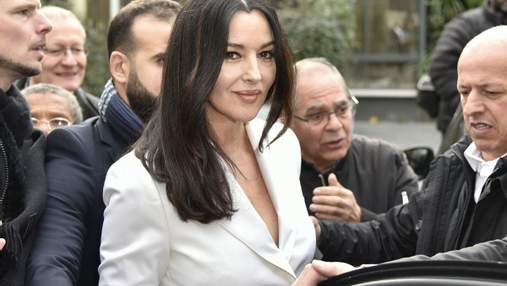 У білосніжному костюмі і на підборах: Моніка Беллуччі прогулялася Парижем