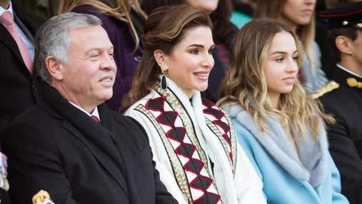 Королева Йорданії у розкішному вбранні здійснила сімейну поїздку до Лондона: яскраві фото