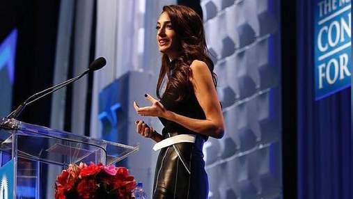 Амаль Клуни в кожаной юбке пришла на официальное мероприятие: яркие фото