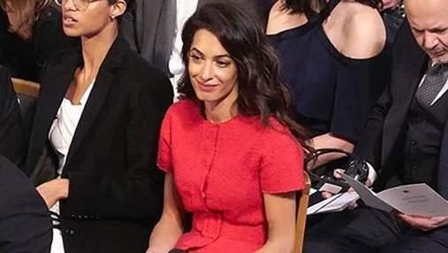 Эффектные женщины выбирают красный: Амаль Клуни посетила церемонию вручения Нобелевской премии