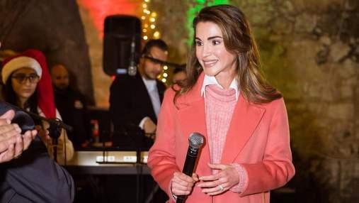 Королева Ранія демонструє, як носити головний колір 2019 року: яскраві фото