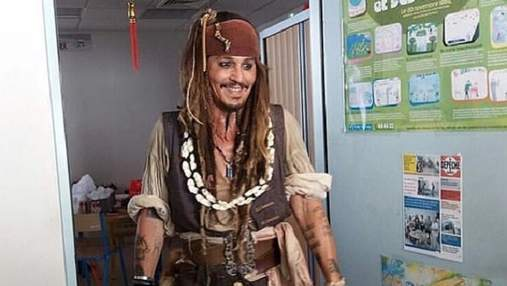 Джонні Депп в образі Джека Горобця провідав дітей в онкоцентрі: фото
