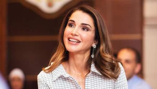 Королева Йорданії приміряла картате пальто для зустрічі з молоддю: яскраві фото